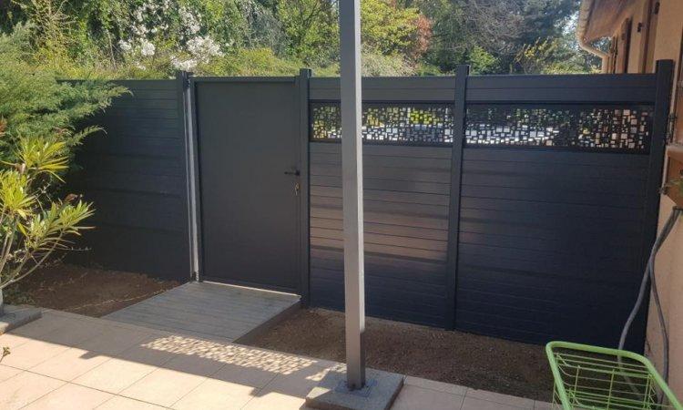 Création d'une clôture en bois composite gris anthracite avec son portillon.